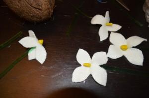 Как сделать белый цветок? Поделки на весеннюю тему. Подснежники. Серединки