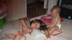 сестрёнка спит фото-иллюстрация к стишкам про сон