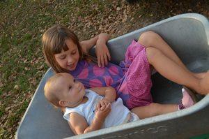 две сестрёнки трогательное фото - иллюстрация к стихам про маленькую девочку