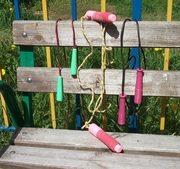 скакалки на лавочке фото - иллюстрация к стихам про скакалку