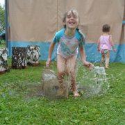"""""""Весёлый дождик"""". Детские стихи про дождь и лужи. Дети прыгают в луже"""