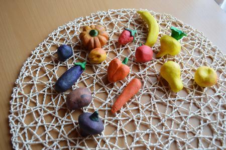 лепка овощей и фруктов из массы для лепки или глины. офощи и фрукты