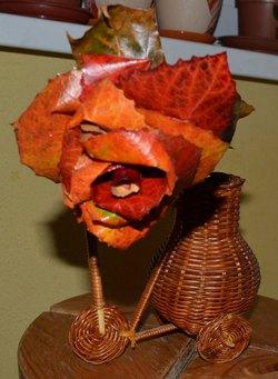 Поделки из осенних листьев своими руками. Как сделать розы из осенних листьев. роза на ножке