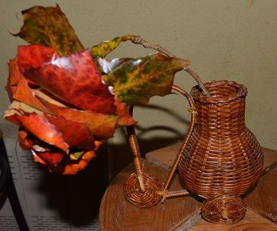 Поделки из осенних листьев своими руками. Как сделать розы из осенних листьев. роза с цветоножкой