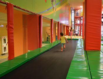 Что такое батутная арена? Вид спорта «прыжки на батуте». Прыжки на спортивном батуте вместо фитнеса. Дорожка для разбега