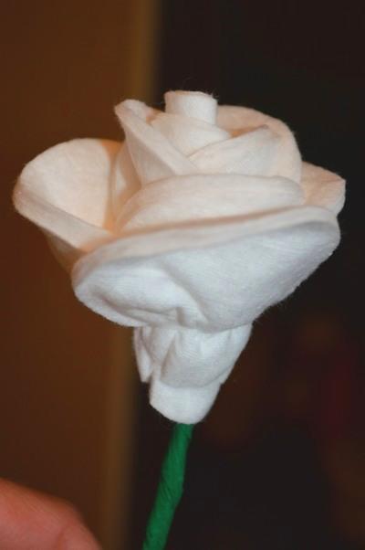 Розы из ватных дисков. Детские поделки из ватных дисков своими руками. Готовая розочка