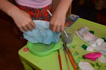 Розы из ватных дисков. Детские поделки из ватных дисков своими руками. Красим синтепон