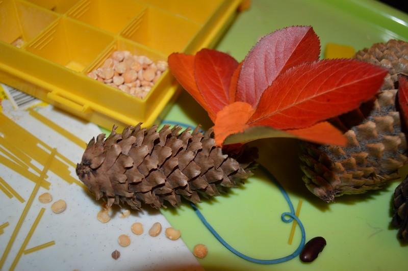Поделки из шишек и листьев 33