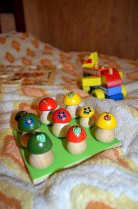Игры на сравнение предметов Деревянные грибочки на поляне