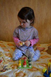 Настольные развивающие игры для детей 2 – 3 лет обзор и наши отзывы. Логические игры для малышей. Деревянные рибочки на поляне