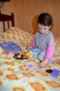 Маша и деревянная кукла с одеждой на магнитах