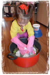 Как сделать папье-маше из яичных лотков. Мешаем