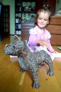 Девочка и собака из бумажных трубочек