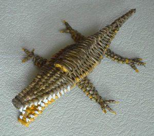 Крокодил из газетных трубочек