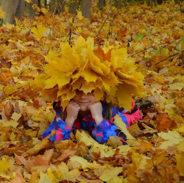 забавная девочка в венке из кленовых листьев