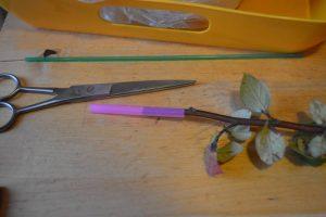 Отрезаем трубочку для сока - основа для розочки из листьев