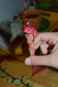 Формируем розочку из листиков