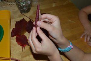 Начинаем обёртывать розочку листочками