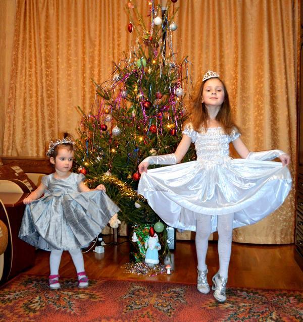 Девочки-снежинки у ёлки фото