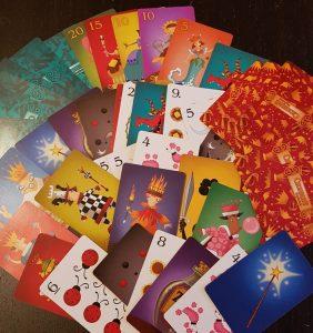 яркая и красочная очень интересная карточная игра спящие королевы