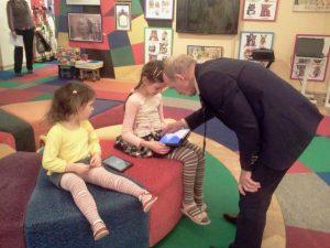 Виктор Катков и юные посетительницы музея Букваря