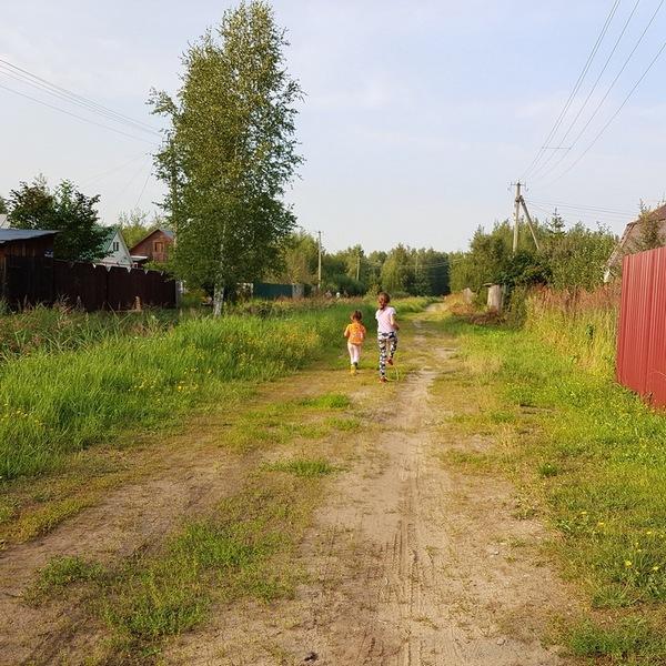 Дети бегут по деревне иллюстрация к авторским стихам про взрослых и детей