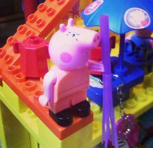 Свинка пеппа с метелкой