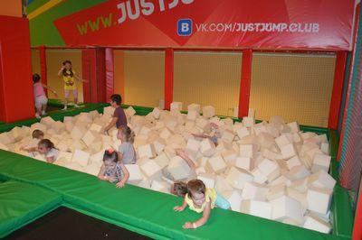 Где отметить детский день рождения в Москве. Спортивный детский день рождения. Батутная арена. Поролоновая яма