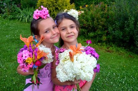 Стихи про фей для детей «Цветочные феи». Две подружки с цветами