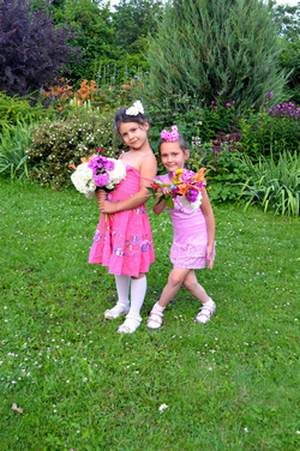 Стихи про фей для детей «Цветочные феи». Девочки с цветами. Реверанс