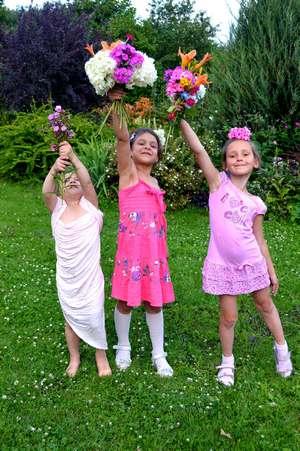 Стихи про фей для детей «Цветочные феи». Три девочки с цветами