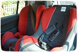 Автокресла красные в машине