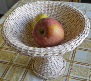 Ваза для фруктов из газетных трубочек
