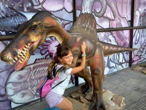 Девочка обнимается с динозавром
