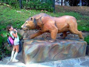 Девочка испугалась каменного пещерного льва