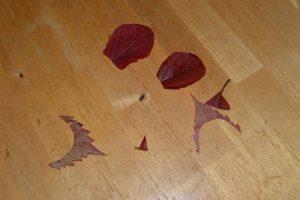 вырезаем лепестки для розы из осенних листьев