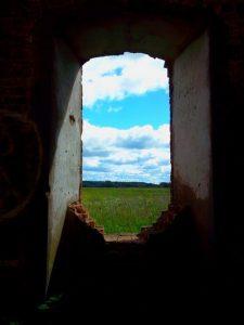 фото-иллюстрация  к стихам о цели окно заброшенного дома а в нём небо