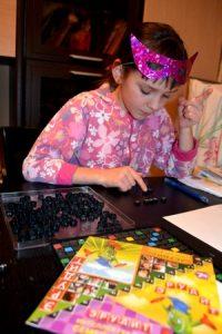 Марина играет в игру эрудит