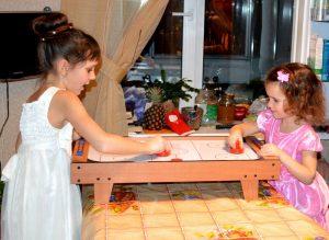 аэрохоккей девочки играют